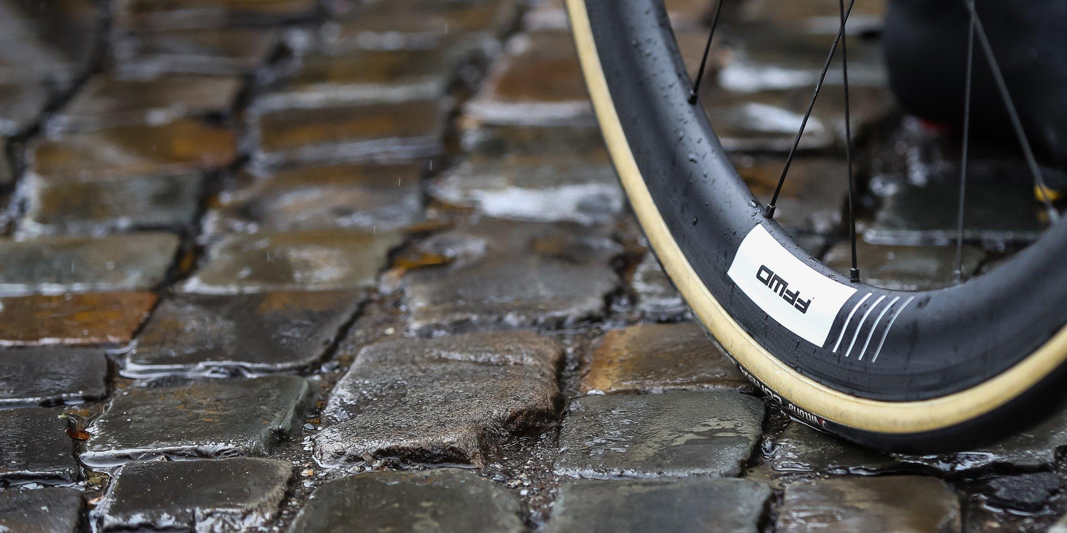 FFWD Laufrad auf Steinboden