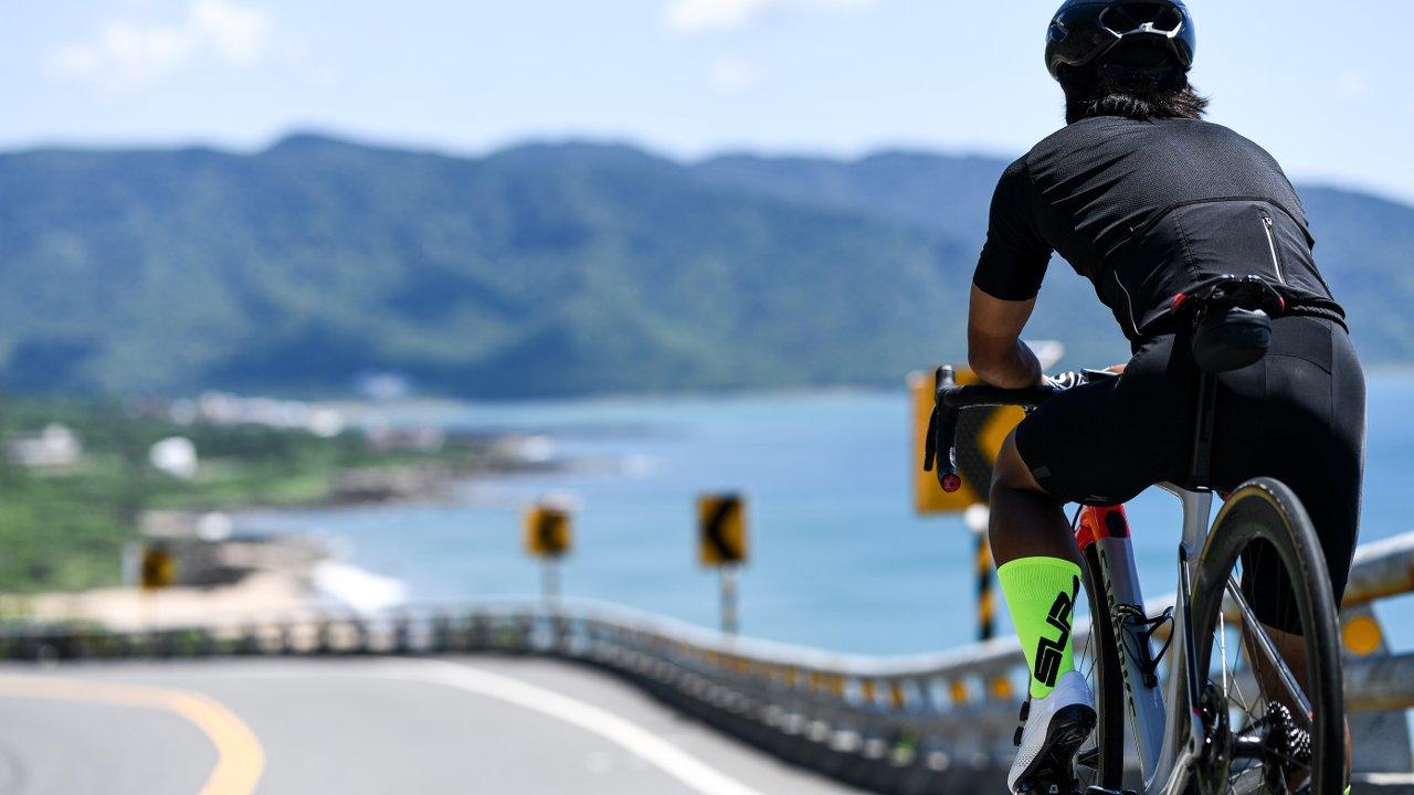 Mann auf Fahrrad mit Supacaz Socken